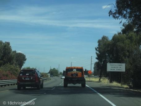Achtung Autofahrer, siehe Schild rechts!