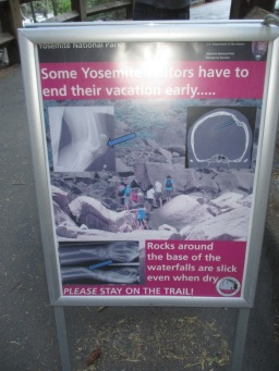 Dezentes Hinweisschild im Yosemite National Park