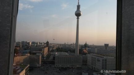 Alex, mit Fernsehturm, Rotem Rathaus und Dom im Hintergrund und ganz unten links der Weltzeituhr